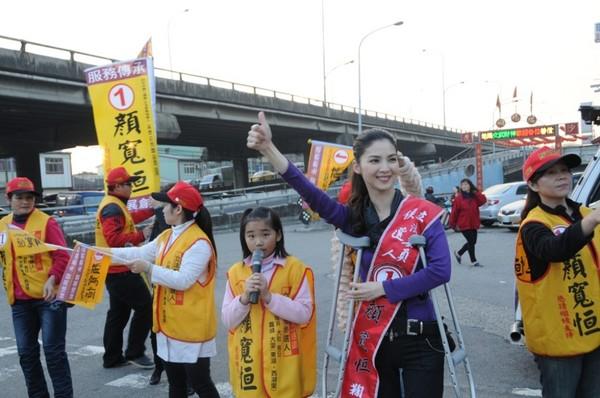 顏寬恒的妻子陳麗凌雖然受傷仍站路口為老公助選。(圖/顏寬恒競選總部提供)
