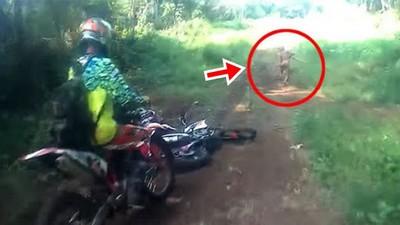 叢林越野乍見「神秘矮人」!車手狂催油門15秒都追不上