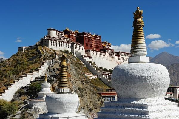 西藏拉薩布達拉宮。(圖/shutterstock.com、飯店官網提供)