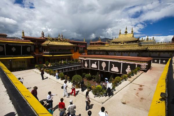 西藏拉萨大昭寺。(圖/shutterstock.com、飯店官網提供)