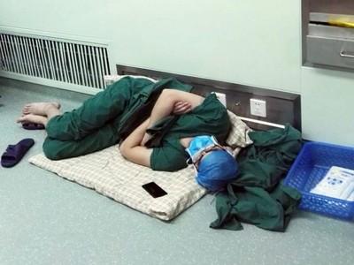 連續28小時開刀搶命!外科醫生累倒「睡走廊」讓人心疼