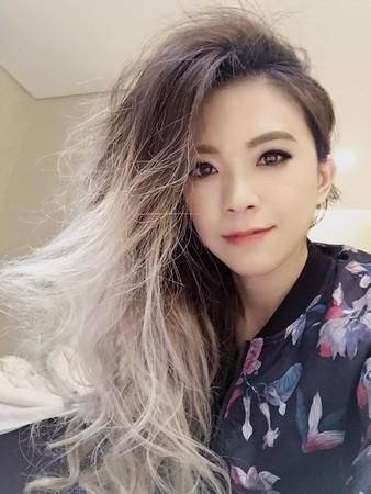 張芸京秀出爆炸的大捲髮。(圖/取自張芸京臉書)