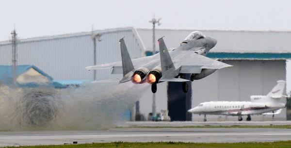 日本航空自衛隊的F-15戰鬥機從那霸基地起飛,F-15。(圖/路透社)