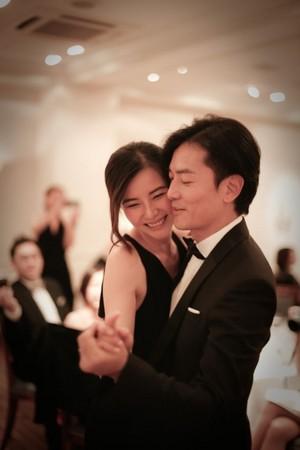 ▲鄭伊健、蒙嘉慧日本秘婚的照片曝光。(圖/新浪娛樂、取自新浪微博)