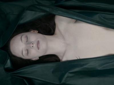 裸體女屍生前遭「綑綁斷舌」,法醫解剖時突停電…遺體消失