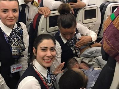 聯航學著點!非裔孕婦機上羊水破 土耳其美艷空姐溫柔接生