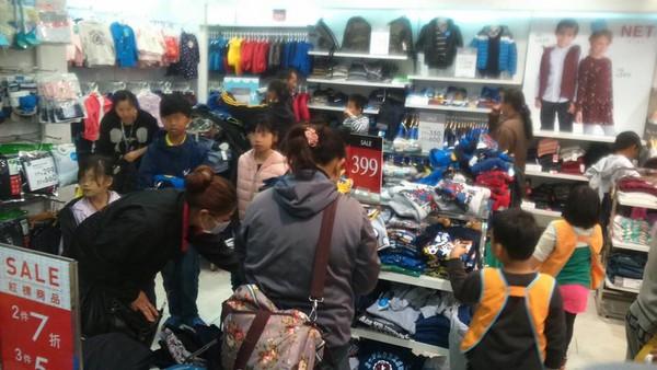 NET東港店讓家扶兒開心挑新衣。(圖/翻攝屏東家扶中心臉書)