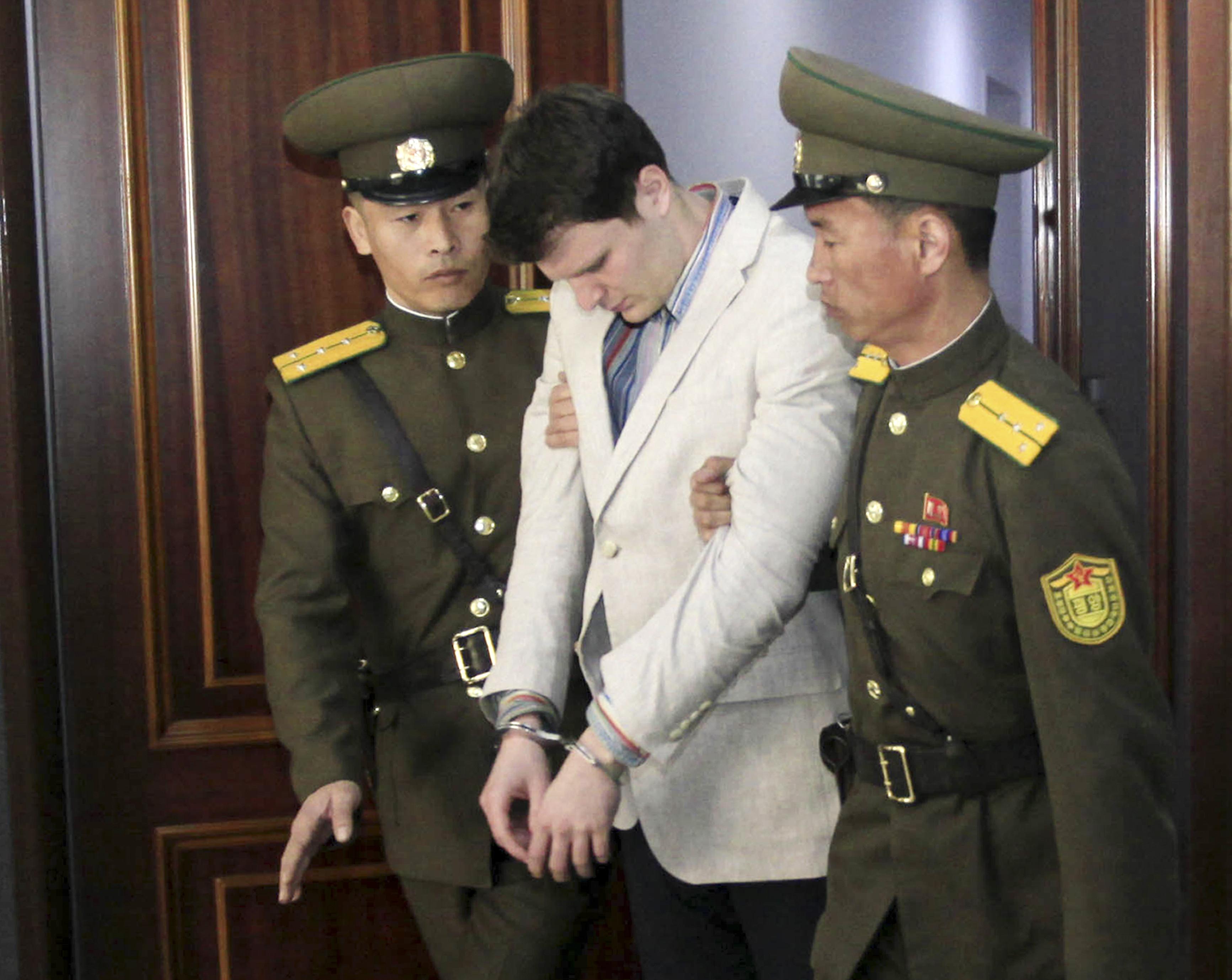 大學生瓦姆比爾(Otto Warmbier)(中),被控竊取北韓的政治宣傳標語。(圖/達志影像/美聯社)