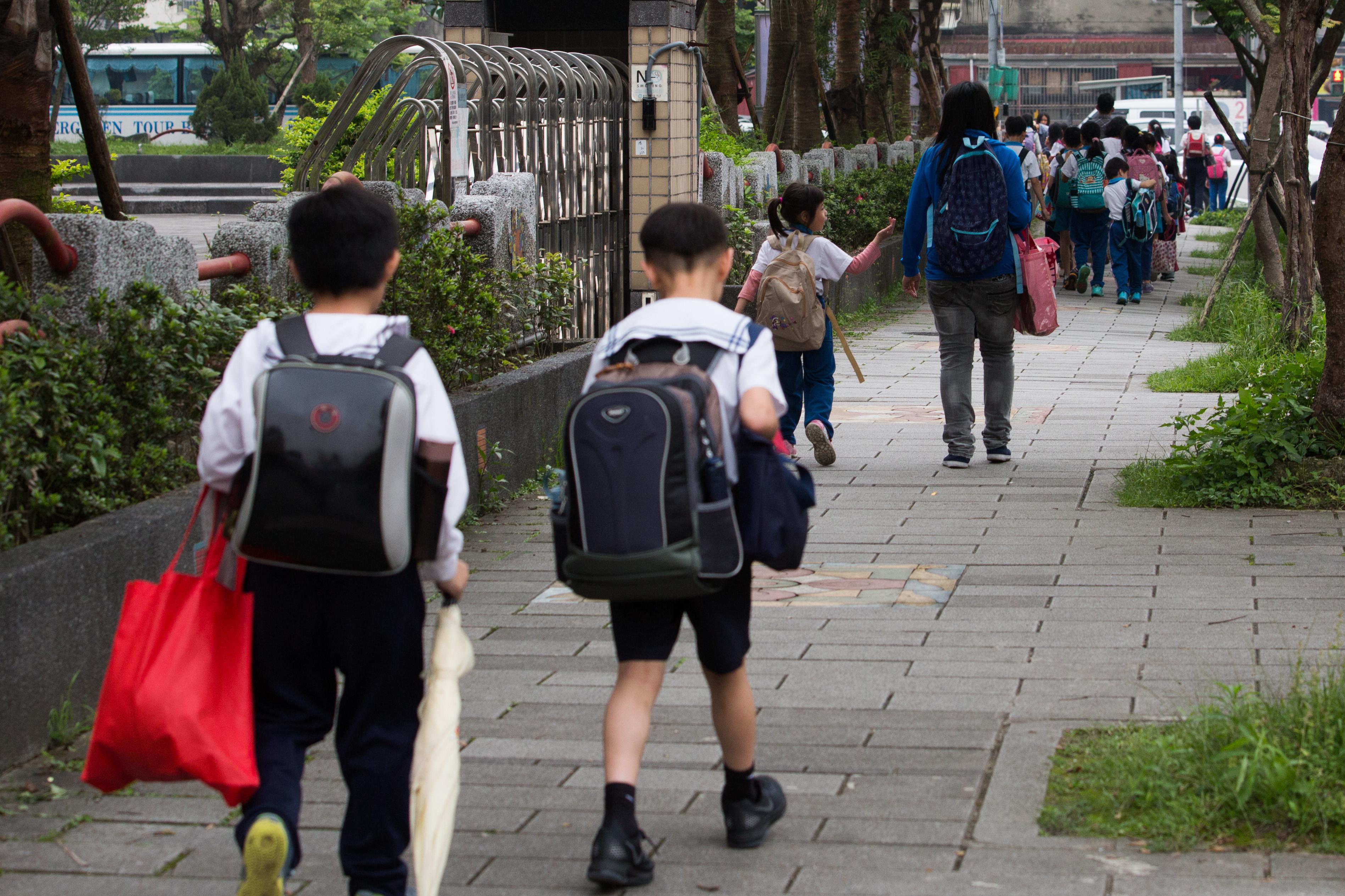 小學放學,小學生,家長接送,走路接送,校園安全,教育,國小(圖/記者季相儒攝)