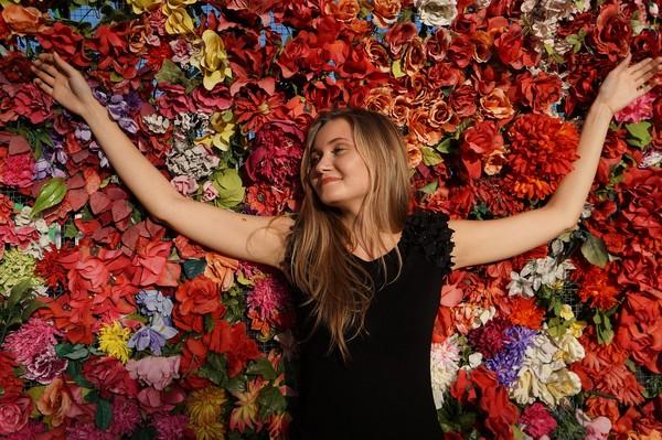 女人,女生,女性,花,快樂。(圖/取自librestock網站)
