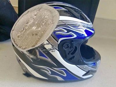 10頂「事故後的安全帽」 告訴你任何時候都不能脫下頭盔