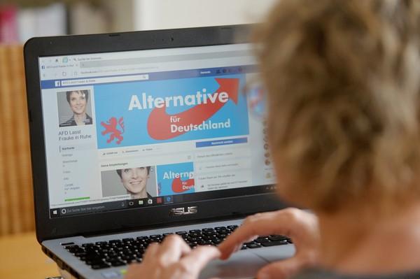 示意圖,臉書,facebook,社群網站,社群媒體,上網,打字,電腦(圖/美聯社)