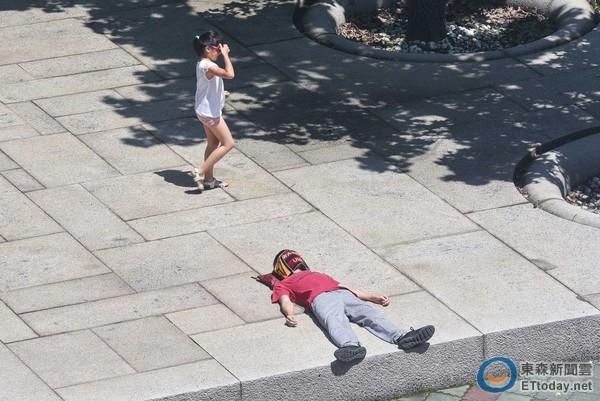 熱浪,陽光,夏日,夏天,炎熱,天氣,高溫,中暑,烈日,正午。(圖/記者李毓康攝)