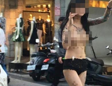 OK繃打叉貼豪乳 女穿黑褲褲逛大街