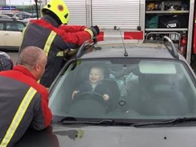 1歲娃兒被鎖車內 全程咯咯笑不哭鬧,消防員也被萌的嫑嫑