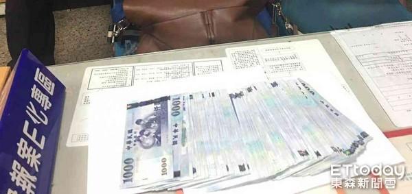 ▲警民聯手阻詐20萬元現金。(圖/記者林悅翻攝)