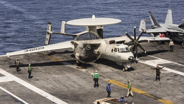 卡爾文森號航空母艦,E-2空中預警機,E-2C。(圖/路透社)