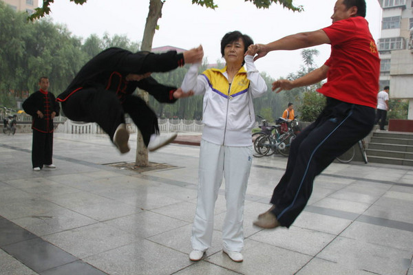 太極拳練到最高境界!她只是一揮手10人就被震飛3公尺(圖/翻攝微博)