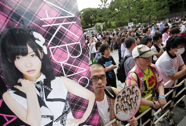 東京武道館外,等候日本女子偶像團體AKB48第27張單曲選拔總選舉結果的指原莉乃歌迷。(圖/達志影像)
