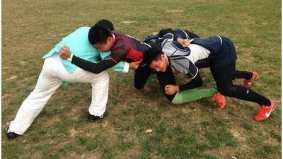 太極大師帶球衝 3美足球員飛撲全吃土...當事人懺悔:假的