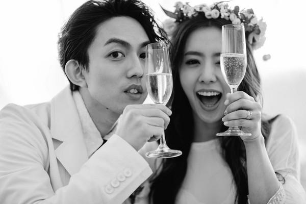 丁文琪回憶新婚派對「快樂得要下跪了」。(圖/取自丁文琪臉書)