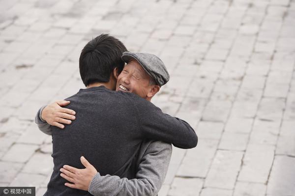 擁抱,友情,告別,再見(圖/視覺中國CFP)