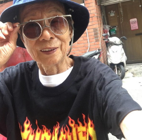 88歲超潮阿嬤「林莊月里」。(圖/翻攝「moonlin0106」Instagram)