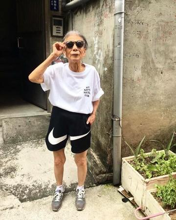 88歲超潮阿嬤「林莊月里」。(圖/翻攝「爆料公社」臉書粉專)