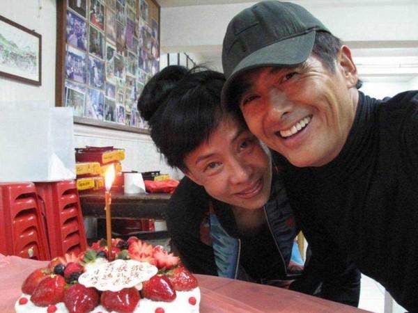 ▲周潤發在片場迎接62歲生日,老婆陳薈蓮準備美食到現場。(圖/翻攝自微博)