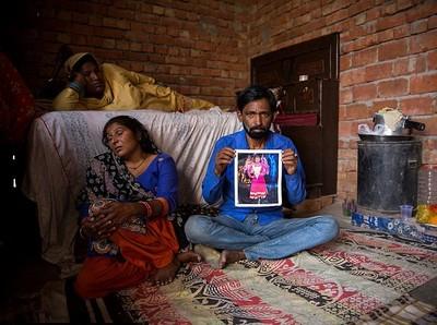 父親緊抱長滿蛆的屍身...印度女遭6男輪暴「肢解餵狗」