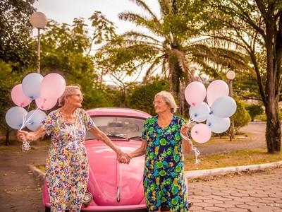 「100歲少女雙胞胎」,兩位奶奶笑得好青春啊!