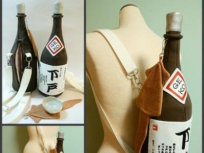 超想要!酒鬼必備「大酒瓶背包」,連魷魚乾都幫你準備好了