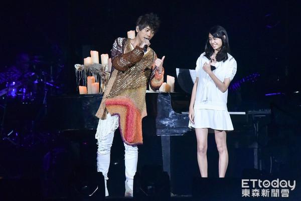 信小巨蛋演唱會,女兒登台伴奏。(圖/記者李毓康攝)