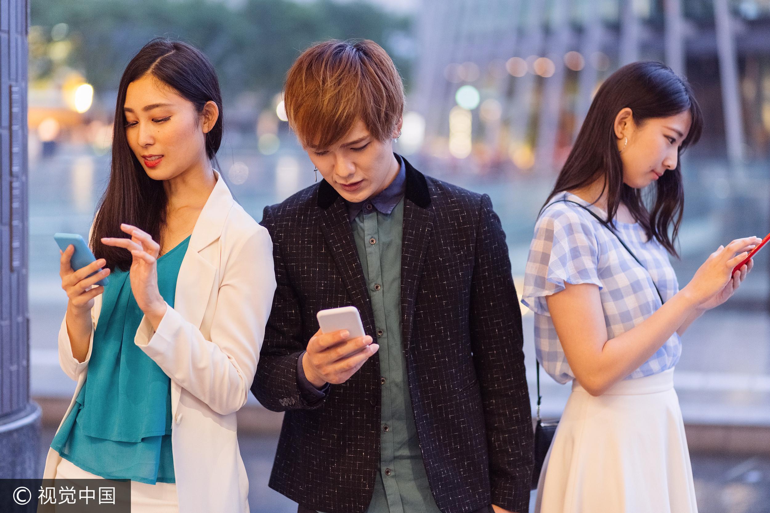 手機,傳line,三人行,外遇(圖/視覺中國CFP)