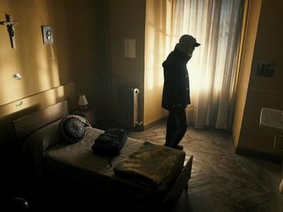 失蹤少年是「冒充者」!但返家半年後..家人詭異行徑讓他逃出門