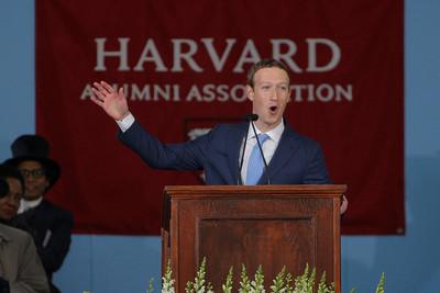 「哈佛輟學生」祖克伯終於畢業 網酸:有錢可以買學位?