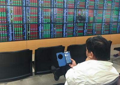 美股歡漲 台指期開高蓄戰10700點