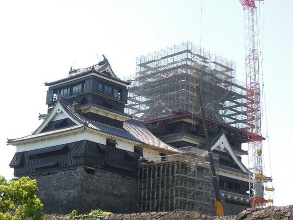 日本熊本的熊本城在地震後毀損嚴重,至今仍在進行修復工程。(圖/記者賴文萱)