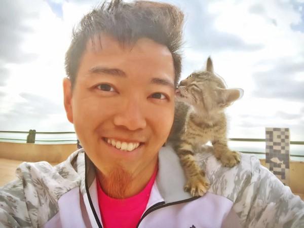 港男Hobby在撒哈拉沙漠收養小貓。(圖/哈比仔歷險社 Hobby Adventure Club提供)