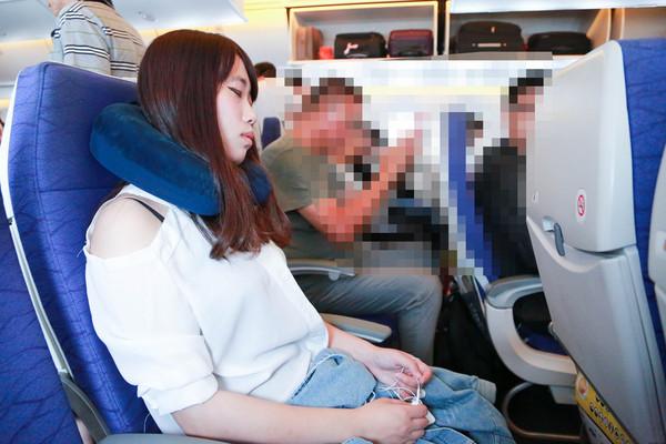 在飛機上睡覺方法,準備一個頸枕,頸枕好睡眠(圖/記者林世文攝)