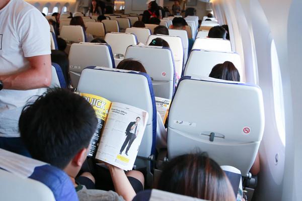 在飛機上睡覺方法,看一本書,閱讀書籍(圖/記者林世文攝)