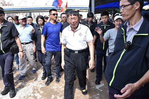台北市長柯文哲出席「水岸台北2017端午嘉年華」包粽體驗並為龍舟選手加油。(圖/記者李毓康攝)
