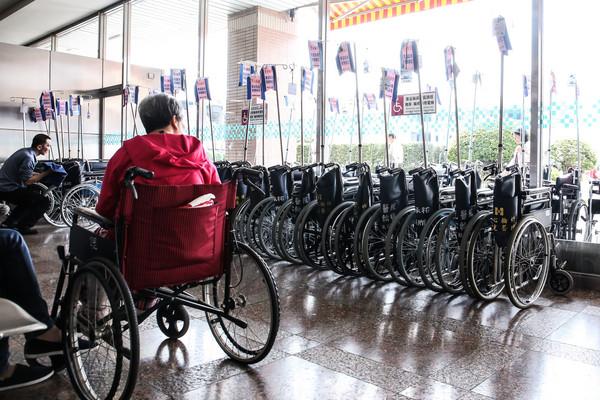 醫院,輪椅,老年人,銀髮,照護,行動不便,殘疾,長照,癱瘓(圖/記者周宸亘攝)