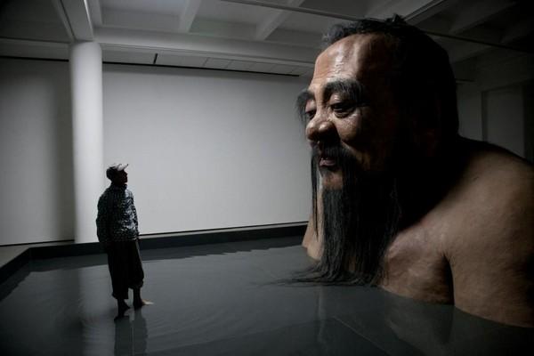 ▲上海外灘美術館2011年展出大陸藝術家張洹的「孔子雕像」。(圖/翻攝外灘美術館官網)