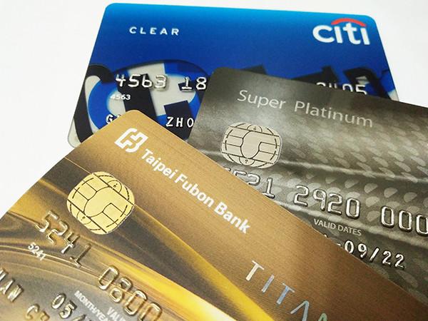 因應OIU市場的火熱,有壽險業者推出首張可用信用卡刷卡,以美元結算的OIU保單,提供保戶更多的支付選擇。(圖/記者官仲凱攝)
