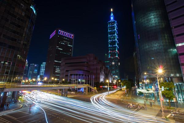 台北101,台北101大樓,台北101夜景,信義區夜景,法國尼斯恐攻,點燈哀悼,藍白紅(圖/記者季相儒攝)