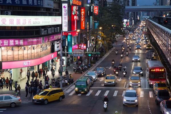 ▲交通,汽車,機車,腳踏車道,車流,塞車,復興南路。(圖/記者季相儒攝)