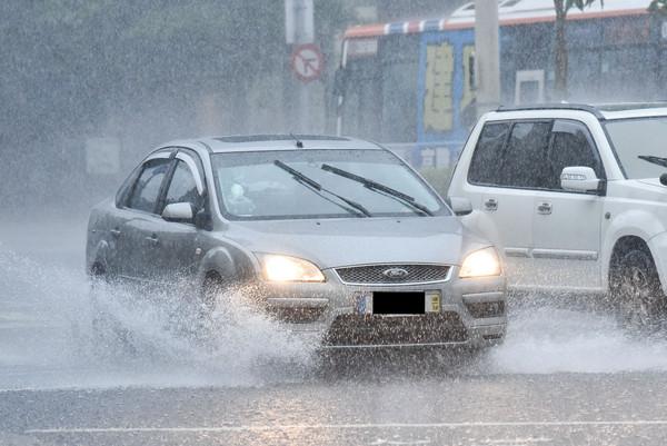 下雨,雨天,天氣,積水,淹水,雷陣雨,梅雨,降雨。(圖/記者李毓康攝)