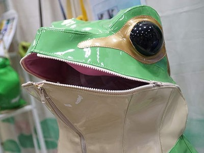 路上看到會做惡夢!史上最怪發明「青蛙外套」,我不是很懂..