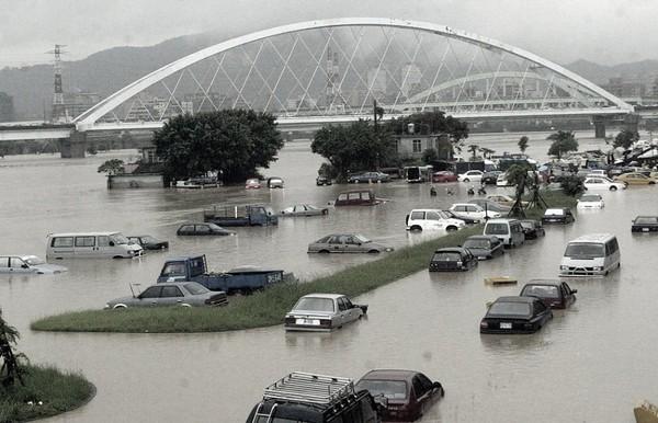豪雨成災讓許多車都成泡水車